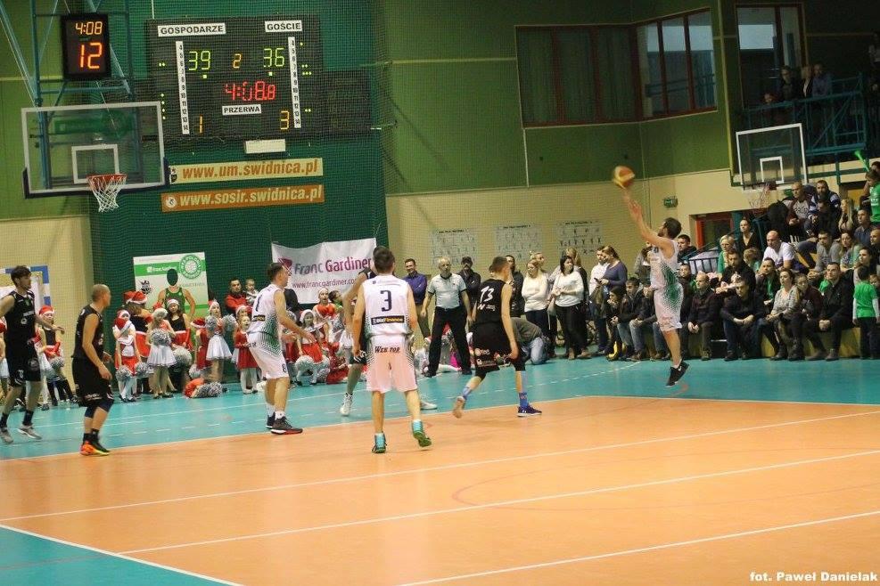 Wyrównana walka w koszykarskich derbach